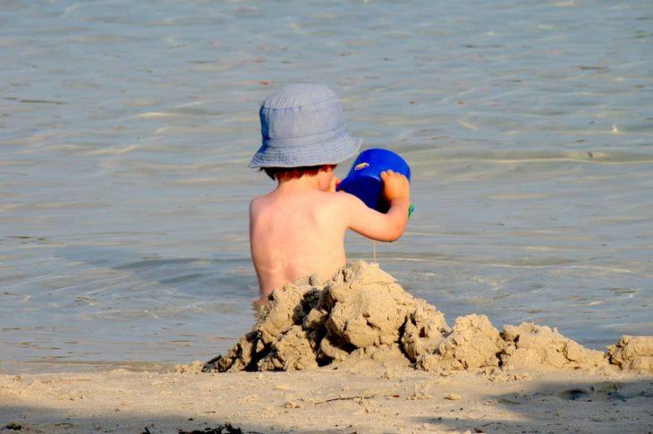5 ideas para jugar con los niños en la playa