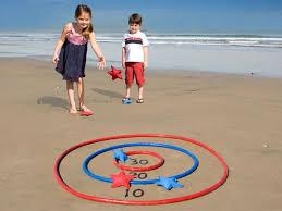 Jugar a dardo en la playa con los niños